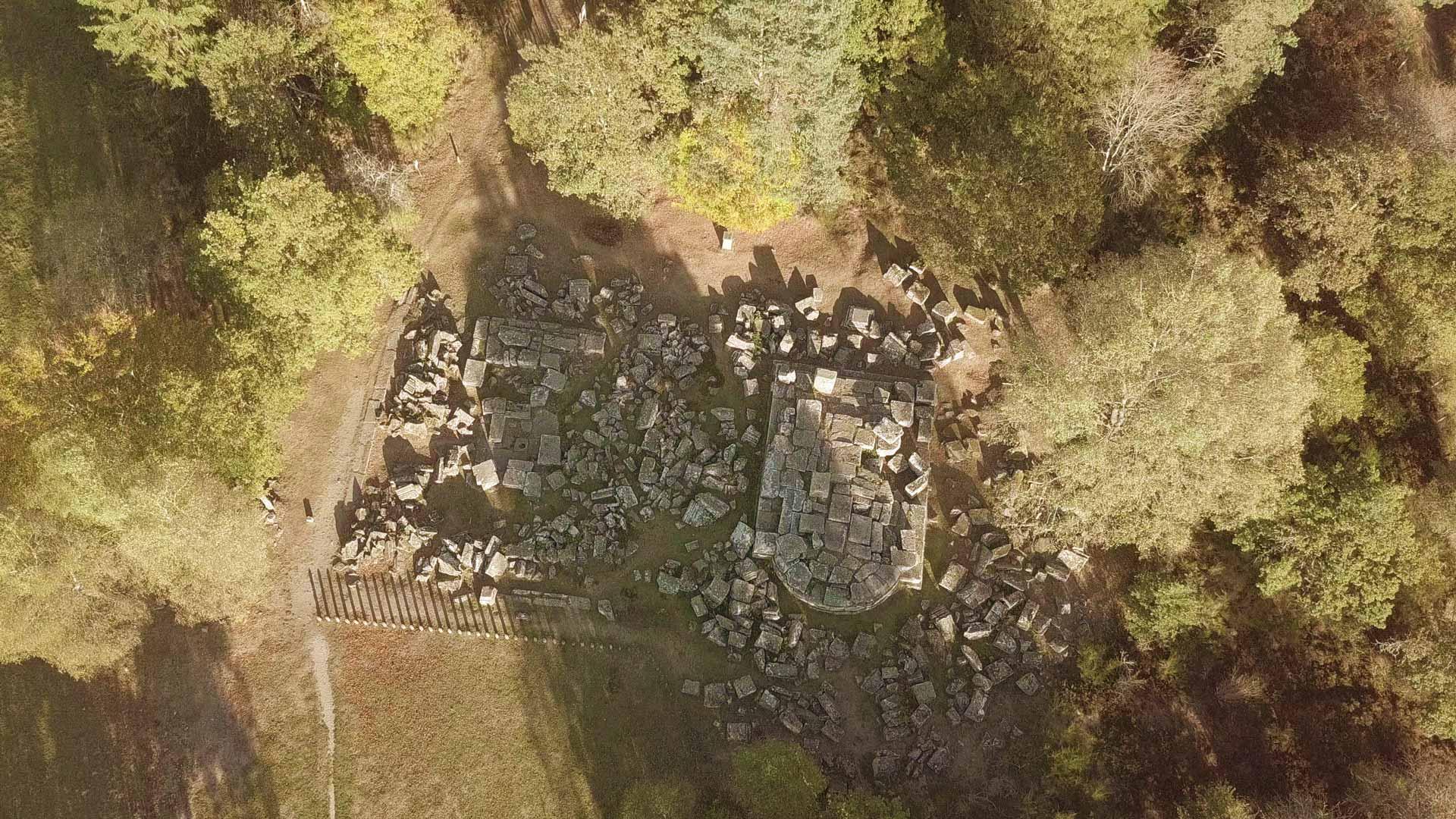 Vue aérienne du site gallo-romain des Cars : les tombeaux