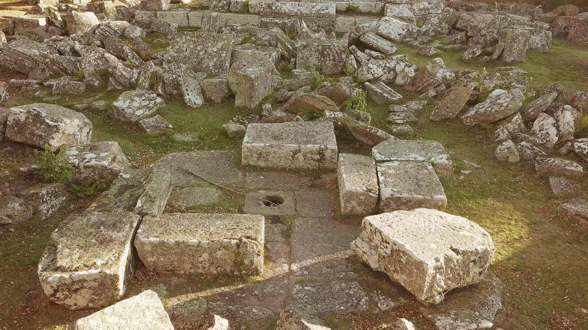 Ruines Gallo romaines des Cars : les tombeaux et l'urne cinéraire